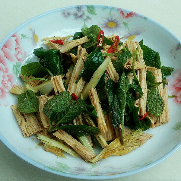 鲜嫩大叶荆芥苗拌腐竹