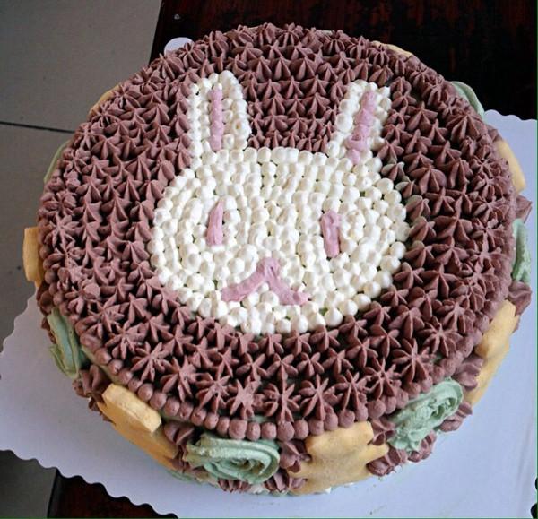 做给姐夫的生日蛋糕,超萌,因为今天有很多小朋友要来,得让小朋友开心嘛。零色精蛋糕,绿色抹茶粉,咖色可可粉,粉色红曲粉。蛋糕上的熊饼饼是自己做的宝宝饼,整个蛋糕都是安全好吃,绝非蛋糕店奶油。欢迎关注我的微信Kiki19950006。我绝对在用做设计的心在做蛋糕[酷]